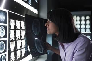 图为IBM Watson项目经理利妮・勒布朗(Leanne LeBlanc)正在阅读医疗数据分析结果。每名病人在一生中大约会产生1100TB的数据,相当于3亿本书的数据量。